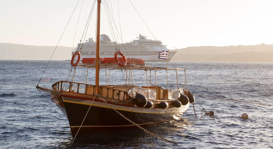 Faire un tour de bateau à Santorin